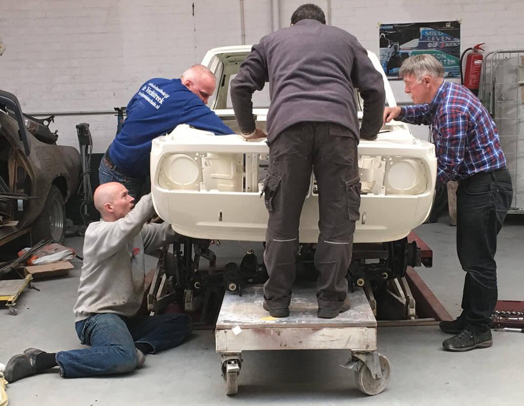 4 man werken aan BMW 2002tii