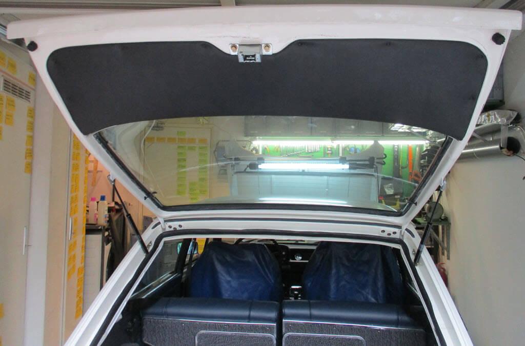 Achterklep bekleding gemonteerd BMW 2002 Touring