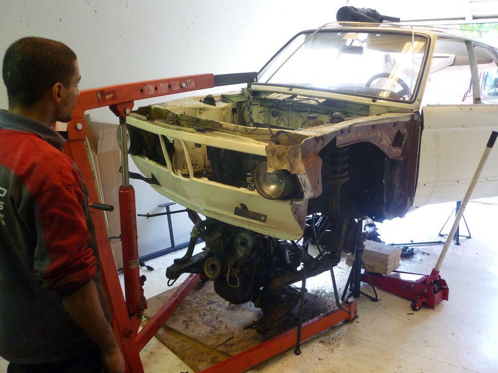 motor bmw 2002 met takel onder auto laten zakken