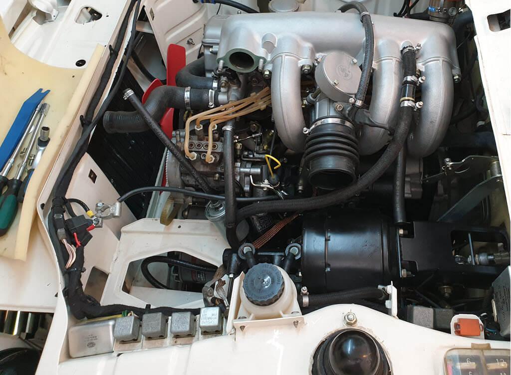 motorruimte BMW 2002tii ruimte gemaakt voor uitbouw kugelfischer injectiepomp