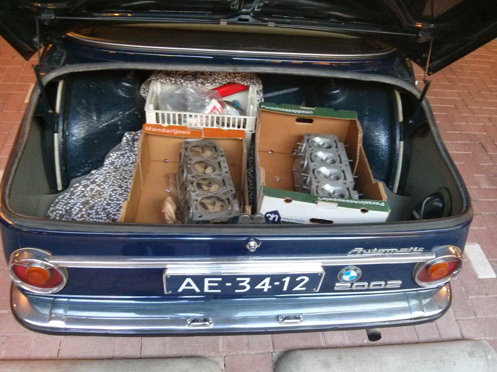 twee cilinderkoppen BMW 2002