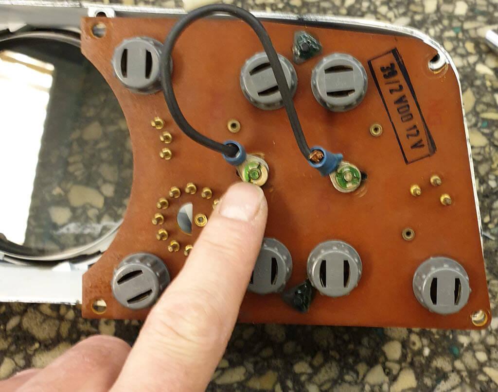Verbinding temperatuurmeter en bezinemeter bmw 2002 instrumentenpaneel